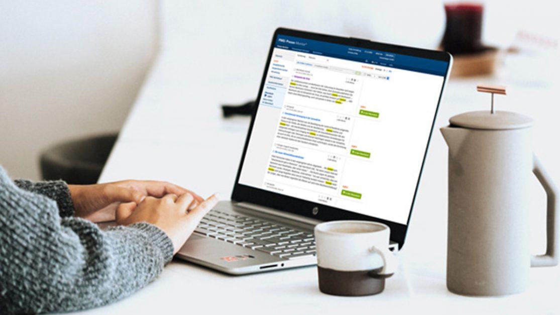 Frau am Laptop recherchiert und bearbeitet Suchsyntax in PMG Pressespiegel-Portal