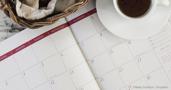 Kalender und Kaffeetasse