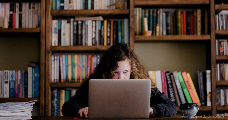 Mädchen beim Online-Schulunterricht