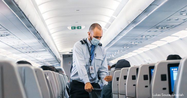 Ein Flugbegleiter im Flugzeug