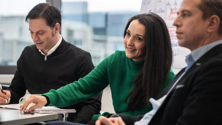 PMG-Team im Büro bei einem Meeting